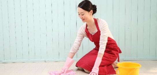 雑巾がけする女性
