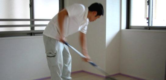 床清掃中の職人