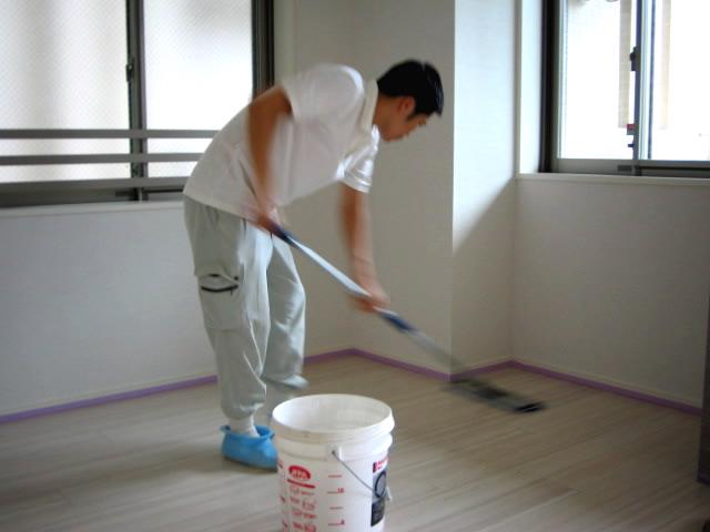 剥離剤を塗る職人