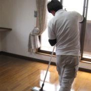 フロアコーティングを塗る職人