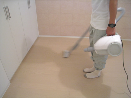 掃除機を使う職人