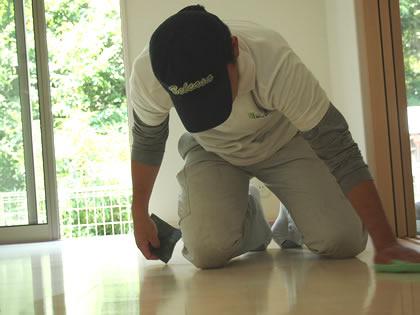 低い体勢で拭き掃除