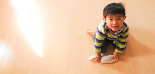 フローリングの上で遊ぶ子供