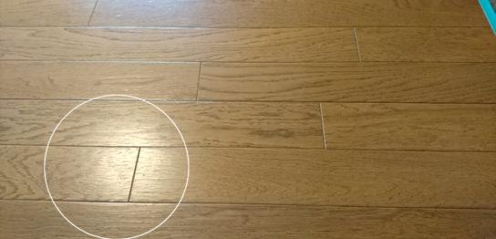 ひび割れた床材