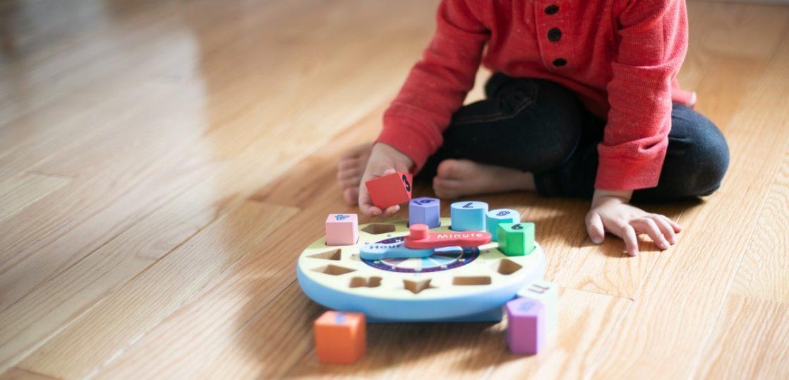 床に座って遊ぶ子供