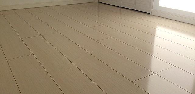 ベージュ色の床材コーティング後