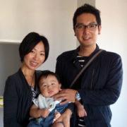 幼い子供を抱く夫婦