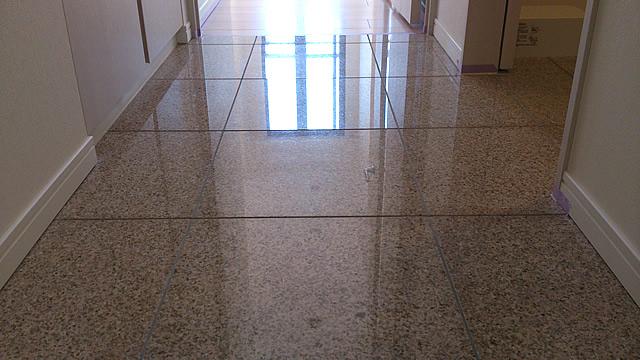 廊下のタイル