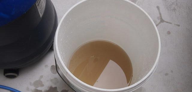 バケツにたまった汚水