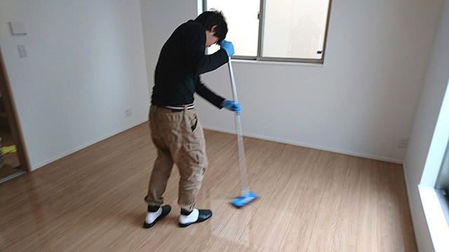 床のこすり洗い