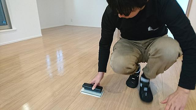ガラスコーティングを塗る職人