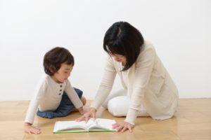 フローリングで読書する母娘